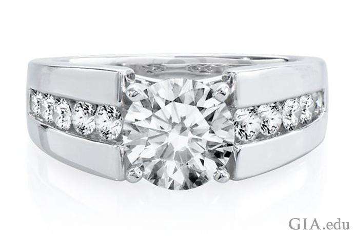 ラウンドブリリアントカットダイヤモンドと、シャンクにダイヤモンドがチャネルセットであしらわれた、14Kゴールドのセミマウント婚約指輪。