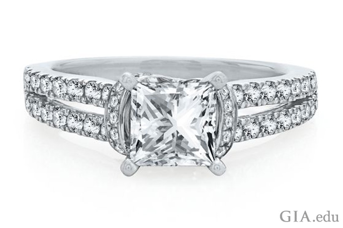 メレーでアクセントがつけられたプリンセスカットのスプリットシャンクのダイヤモンドの婚約指輪。