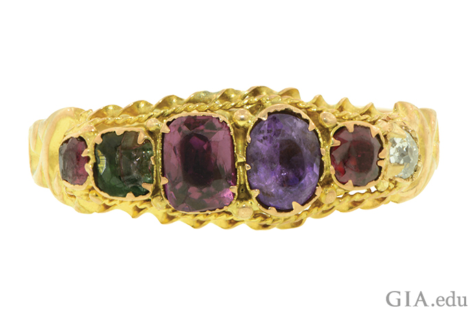 ルビー、エメラルド、ガーネット、アメシスト、ルビー、ダイヤモンドを特徴とするヴィクトリア朝のアクロスティック リング。これらの宝石の最初の文字を合わせた綴りはREGARD(敬愛)となる。