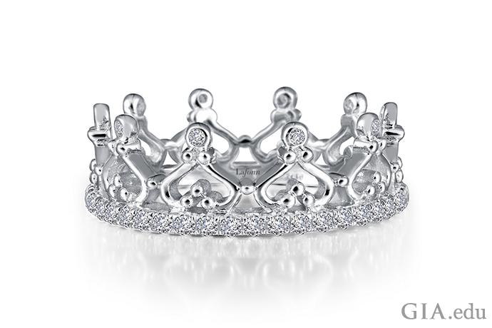 プラチナに接着させたスターリング シルバーに模造ダイヤモンドをセットした、王冠モチーフのエタニティ リング。