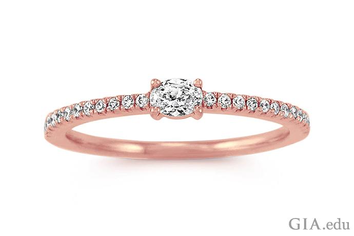 重ねづけができるこのローズ ゴールドとダイヤモンドの指輪は、センターに0.16カラットのオーバル ダイヤモンドをセットしたパヴェ バンドを特徴としている。提供:Shane Co.