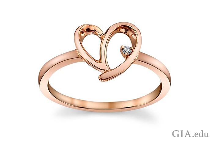 10Kのローズ ゴールドのハートをモチーフにしたリングには0.01カラット(ct)のダイヤモンドがセットされている。