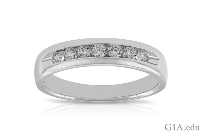 男女ともに結婚指輪としても使用できる、ホワイト ゴールドとダイヤモンドの指輪。