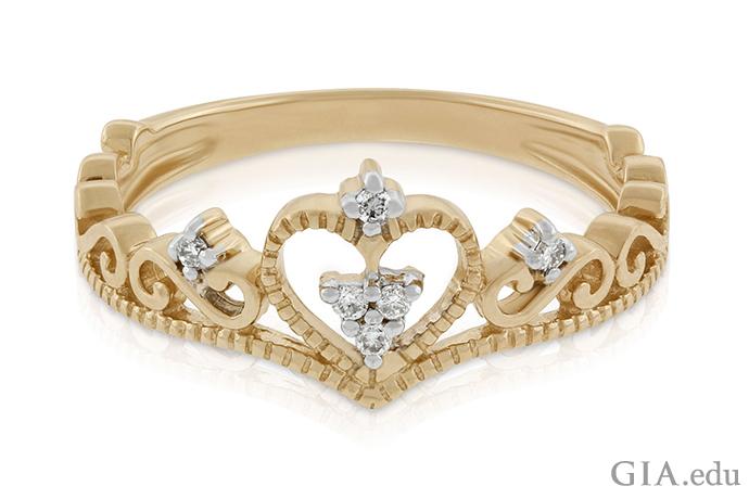 0.04カラットのダイヤモンドを特徴とする、14Kイエロー ゴールドの王冠をモチーフにした指輪。