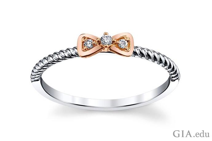 10Kのホワイト ゴールドおよびローズ ゴールドのリボンのモチーフに、3個の小粒ダイヤモンドをセットしたプロミス リング。