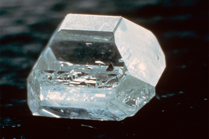 高温高压法 (HPHT) 生长的合成钻石晶体