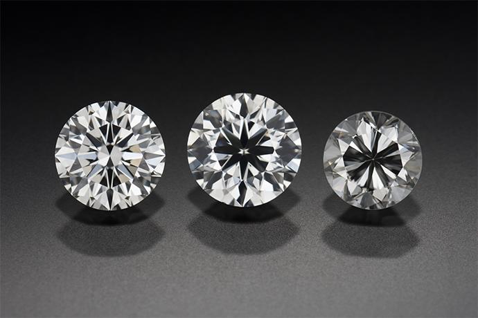3つのラウンド ブリリアント ダイヤモンド