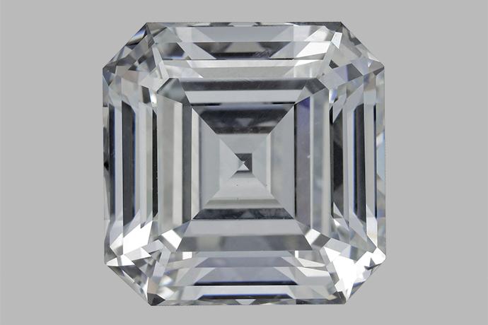 这颗 10.02 克拉的祖母绿形切磨无色 HPHT 制造钻石是 GIA 检测过的最大的刻面合成钻石。