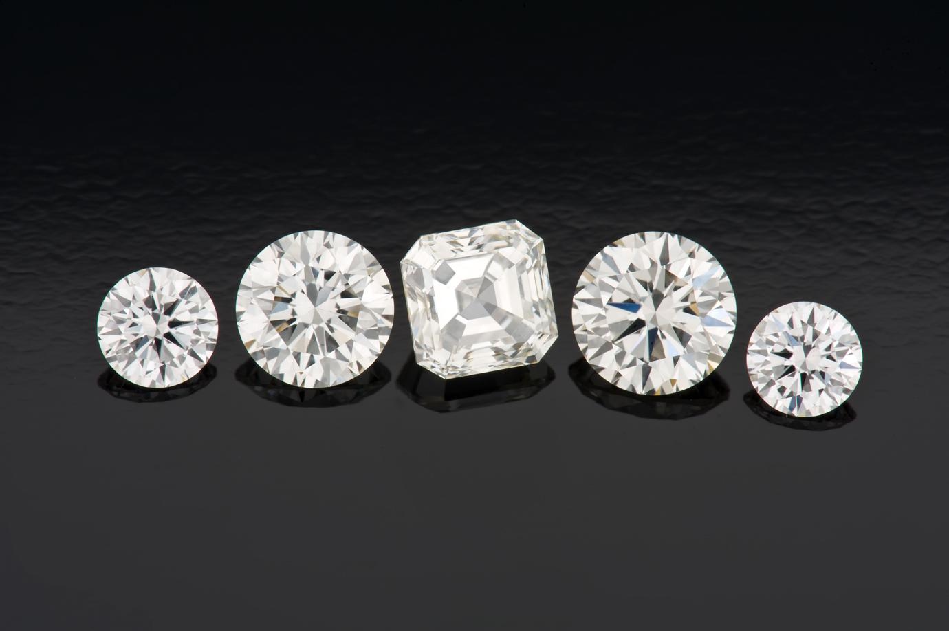 肉眼下,这五颗 CVD 合成钻石与同等品质的天然钻石看起来一样。