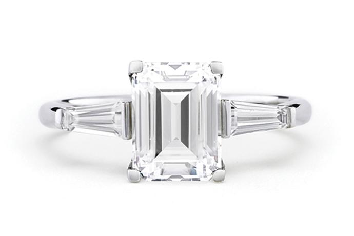 镶有梯形小长方钻的祖母绿形切磨钻石戒指